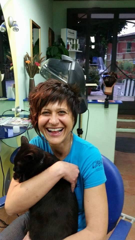 Ciuffi gatto parrucchiere con una cliente